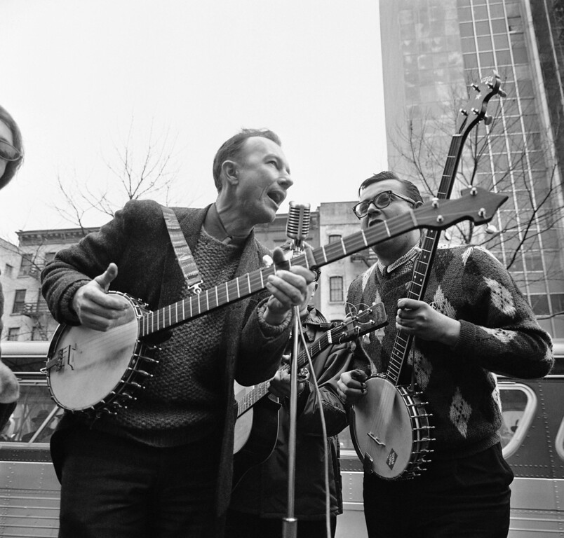 Description of . File-This May 13, 1975, file photo shows folk singer Pete Seeger, left, performing at the Rally for Détente at Carnegie Hall in New York.  The American troubadour, folk singer and activist Seeger  died Monday Jan. 27, 2014, at age 94. (AP Photo/Richard Drew, File)