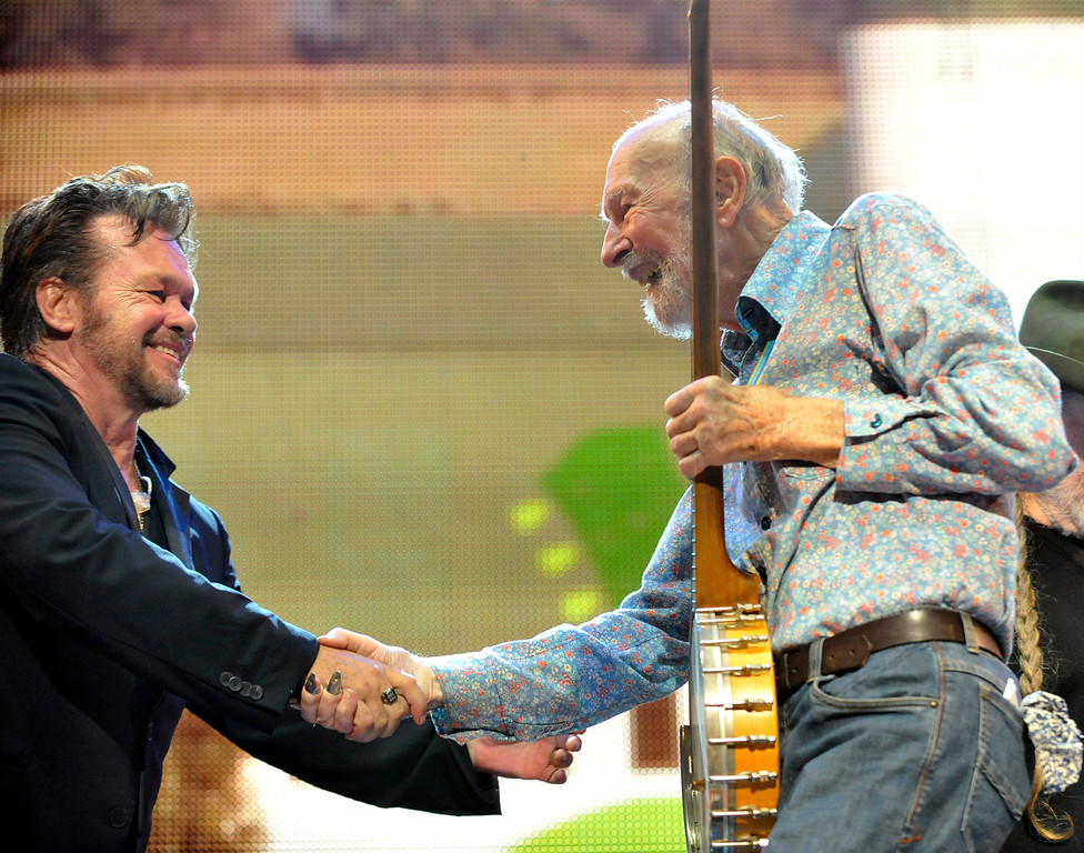 Description of . File-This Sept. 21, 2013 file photo shows John Mellencamp, left, and Pete Seeger on stage during the Farm Aid 2013 concert at Saratoga Performing Arts Center in Saratoga Springs, N.Y.  The American troubadour, folk singer and activist Seeger  died Monday Jan. 27, 2014, at age 94.  (AP Photo/Hans Pennink, File)