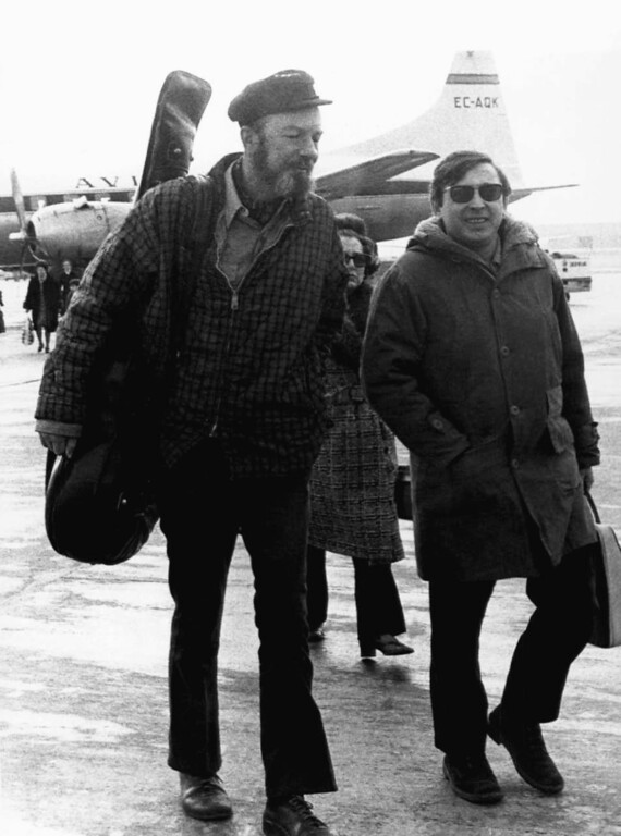 Description of . File-This Feb. 10, 1971, file photo shows American Folk singer Pete Seeger, left, with Spanish singer Raymond, at Madrid's Barajas airport enroute to a concert in the southern Spanish city of Seville.  The American troubadour, folk singer and activist Seeger  died Monday Jan. 27, 2014, at age 94.  (AP Photo/L. Gomez, File)